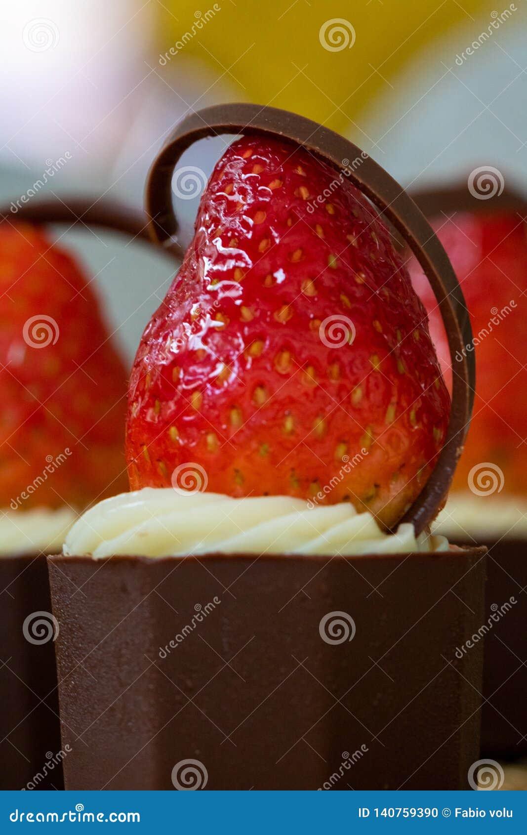 Heerlijk en smakelijk Aardbei, room en chocoladesuikergoed