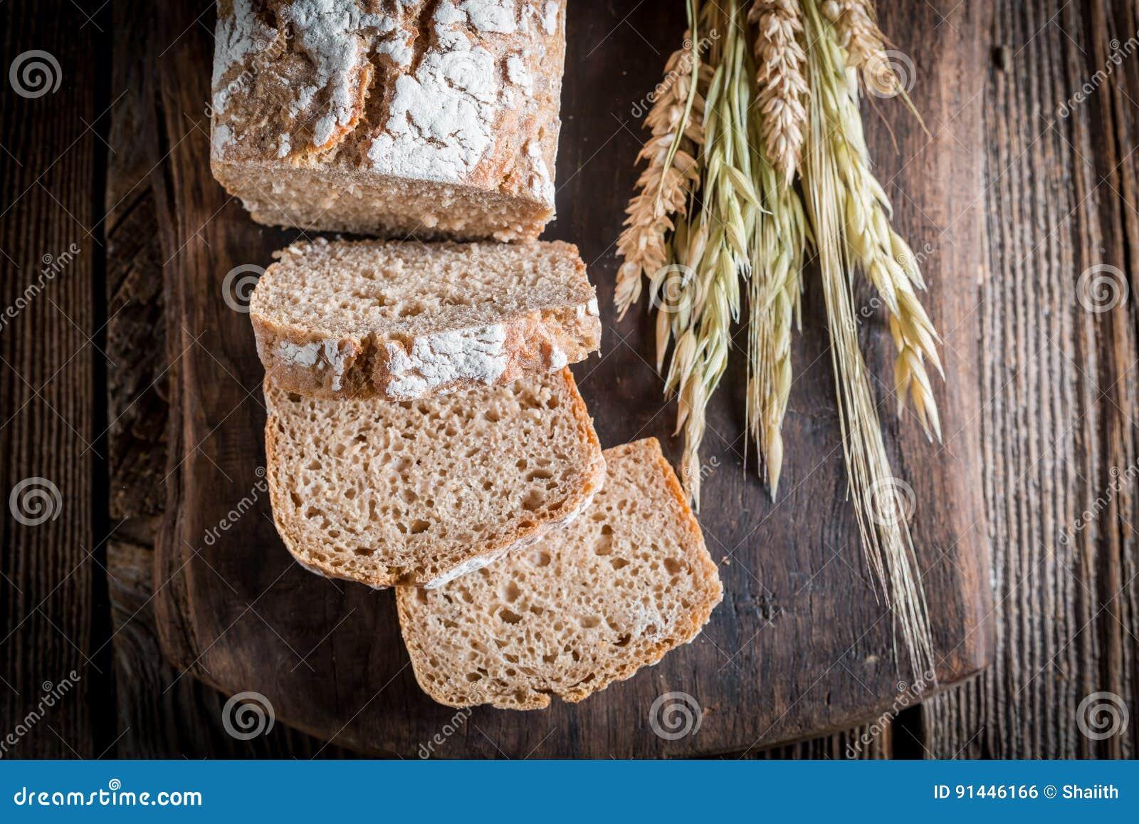 Heerlijk en vers brood met gehele korrels