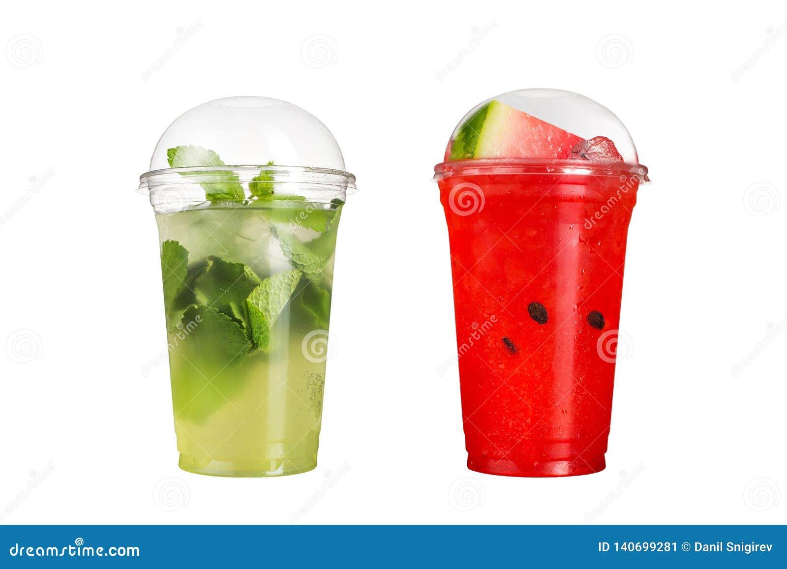 Heerlijk fruit smoothies in plastic koppen, op een witte achtergrond Twee mojitococktails en watermeloenaroma s