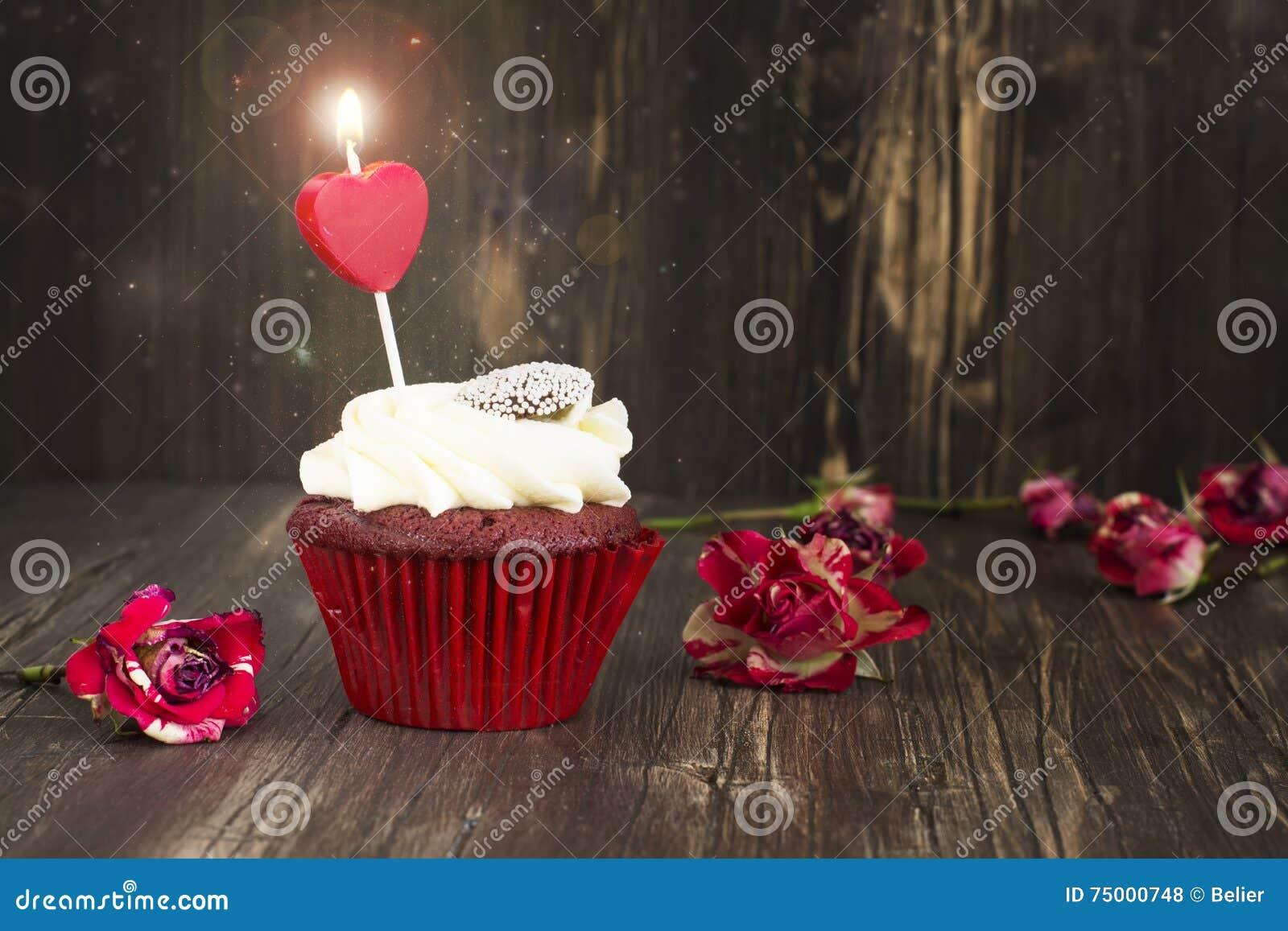 Heerlijk rood fluweel cupcake met het branden van kaars