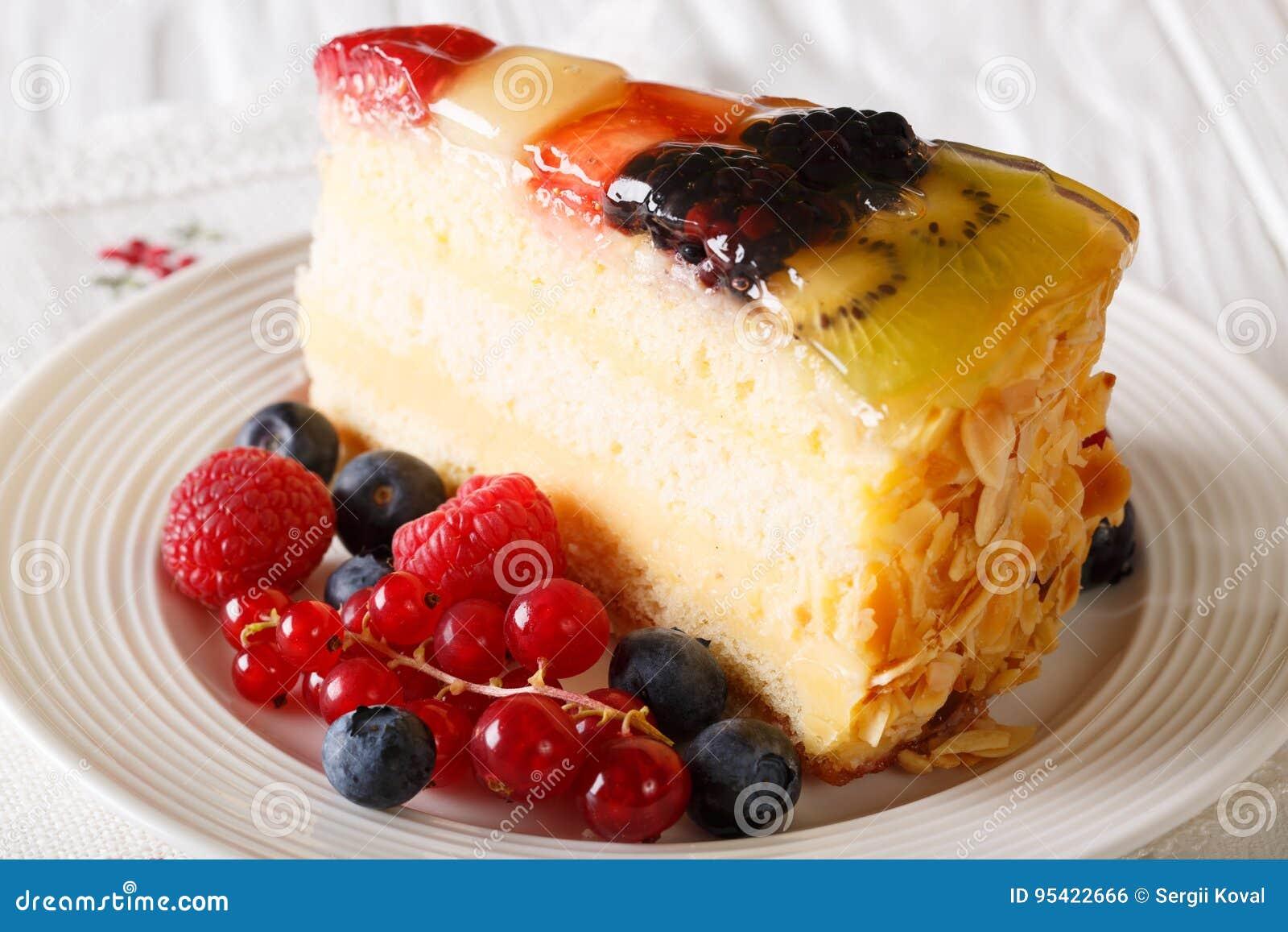 Heerlijk stuk van de gelei van de fruitcake op een plaat horizontaal