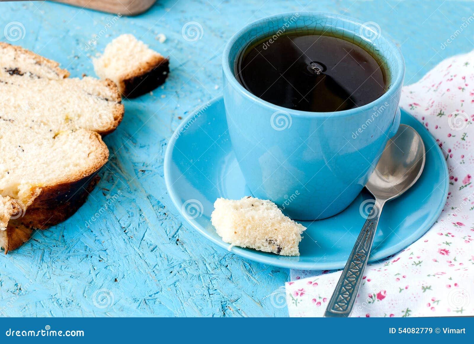Heerlijke cake met papaverzaden en zwarte theeclose-up