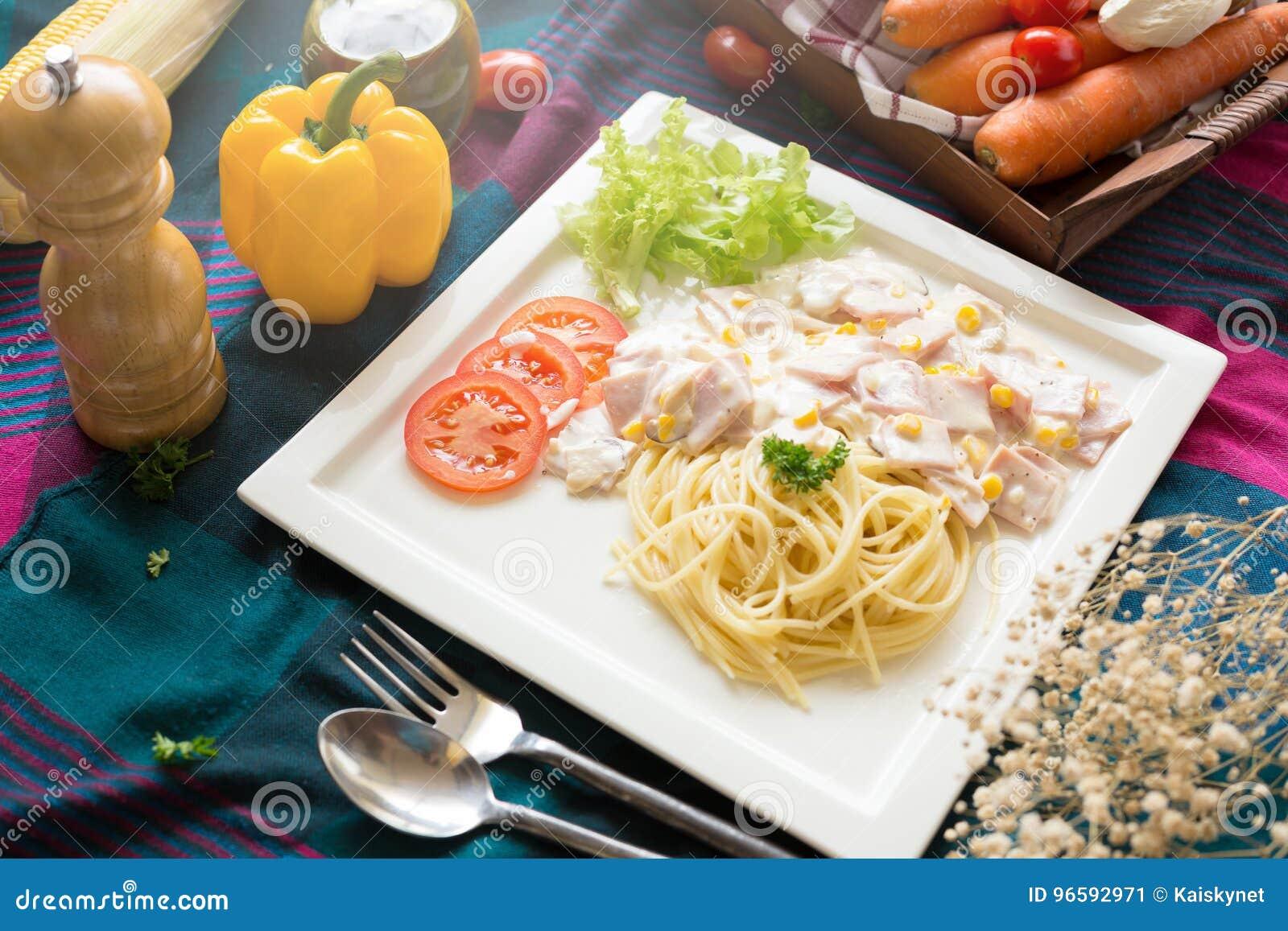 Heerlijke deegwarencarbonara met bacon en parmezaanse kaas in een witte pla
