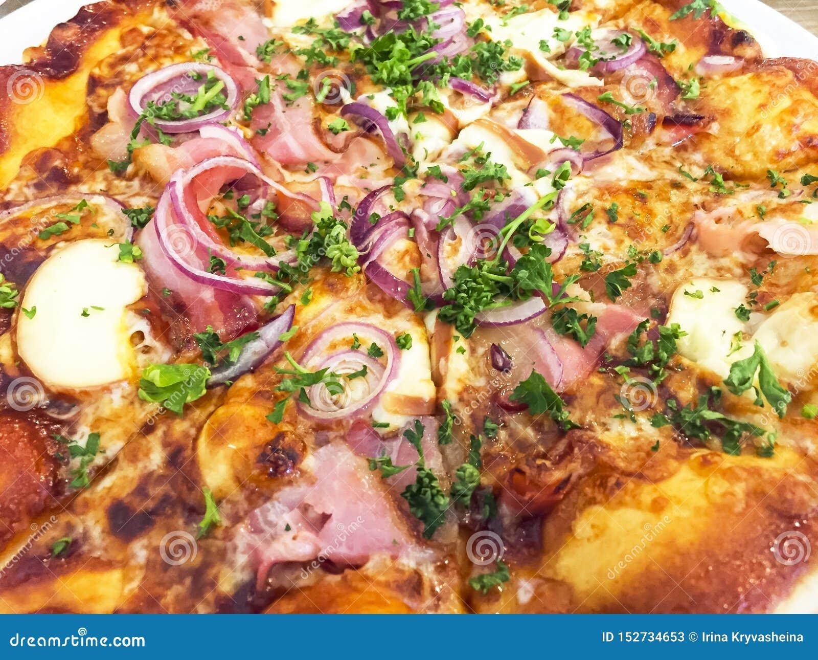 Heerlijke hete pizza met jamon, mozarella