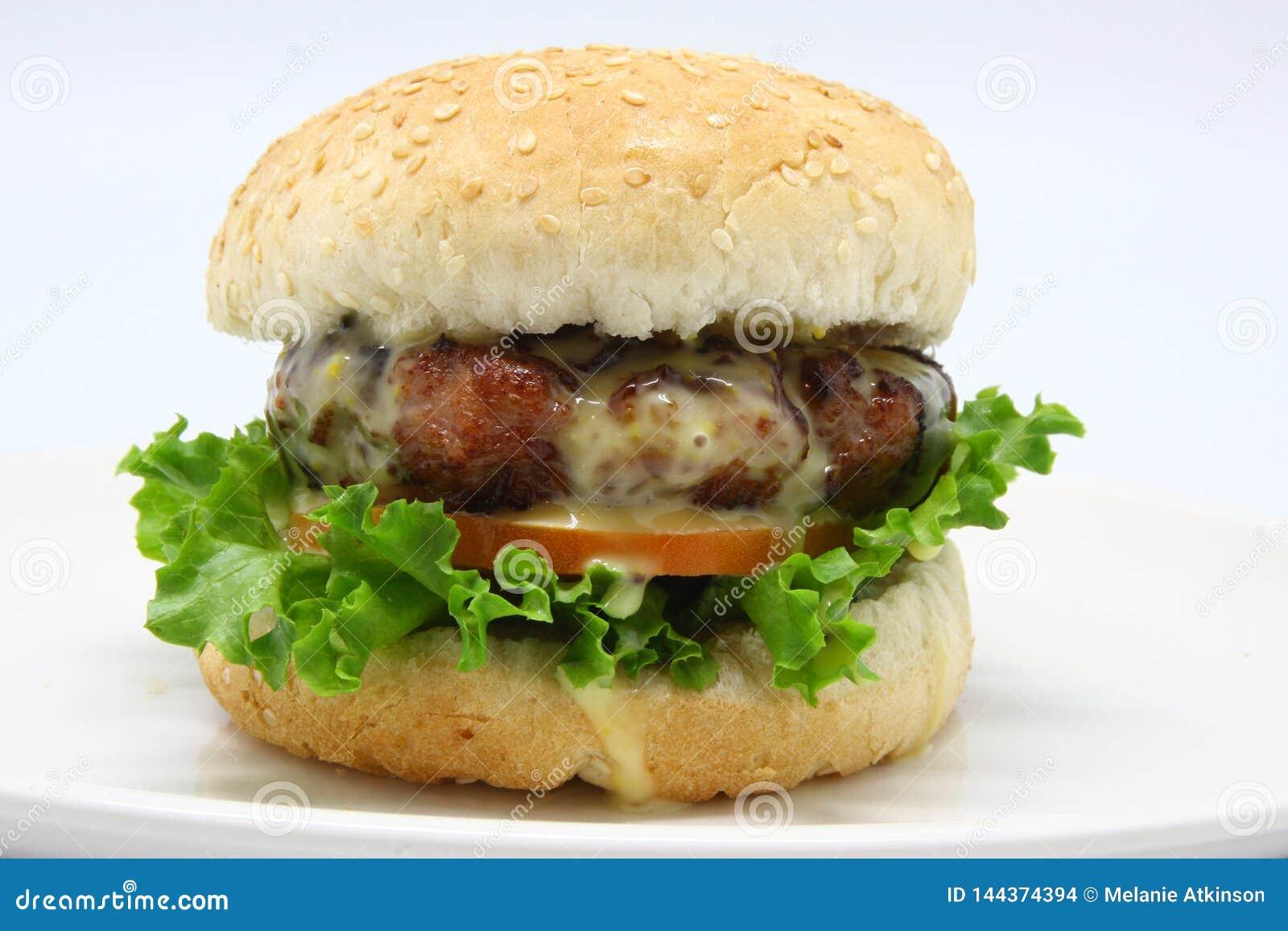 Heerlijke kaashamburger met verse sla en tomaat