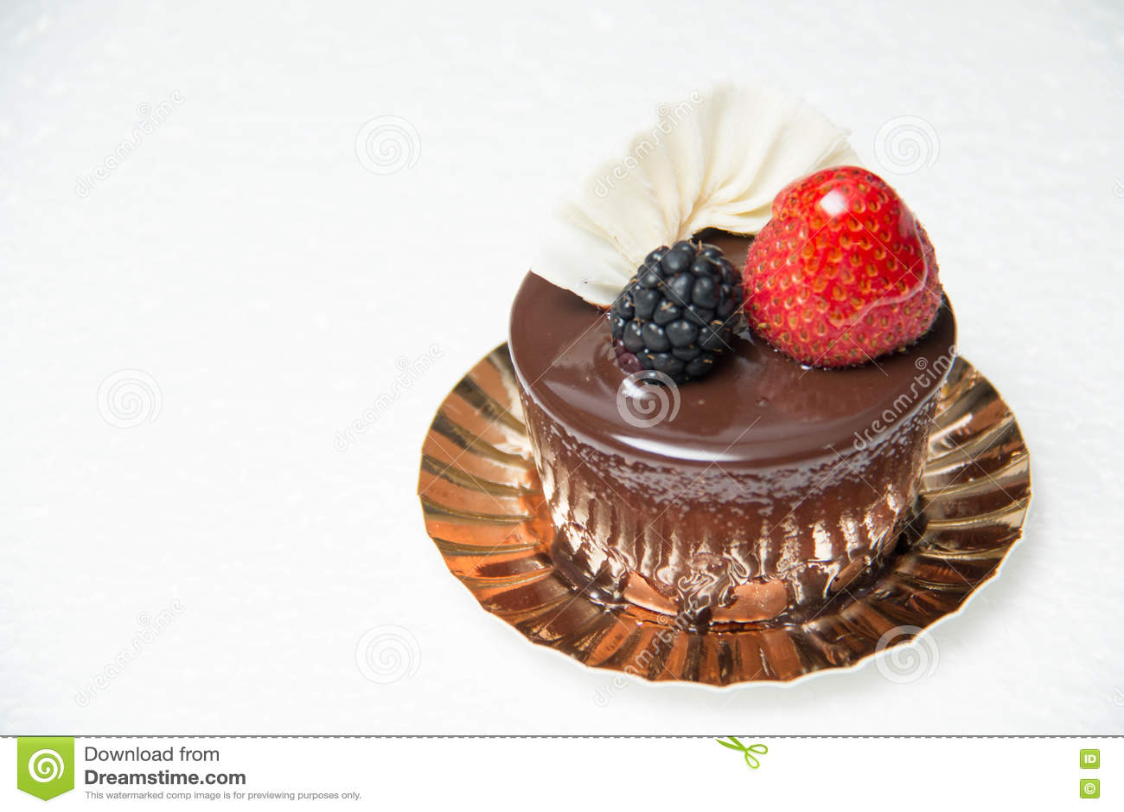 Heerlijke kleine chocoladecake met sommige vruchten op bovenkant