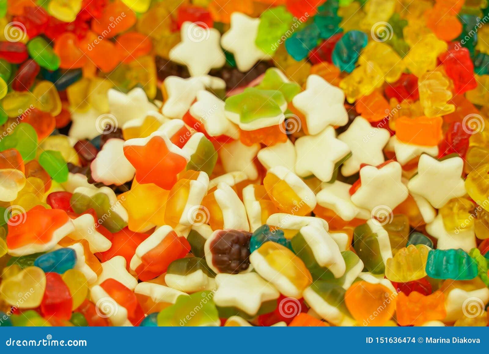 Heerlijke multi-colored fruitmarmelade ongezond helder suikergoed in massa verschillende dichte geleifoto smakelijke snoepjes in