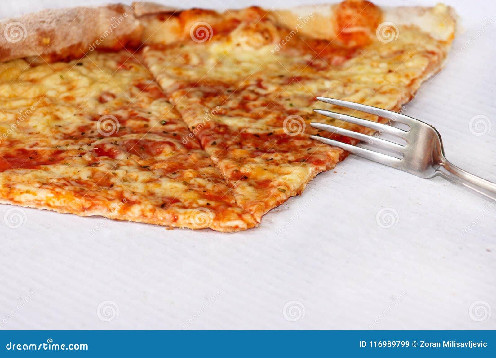 Heerlijke pizza Margherita met vork en mes Neem vers gebakken Italiaanse traditionele klassieke pizza die in een doos worden geho