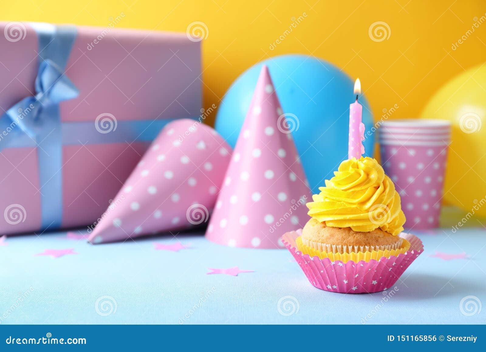 Heerlijke verjaardag cupcake met het branden van kaars op lijst