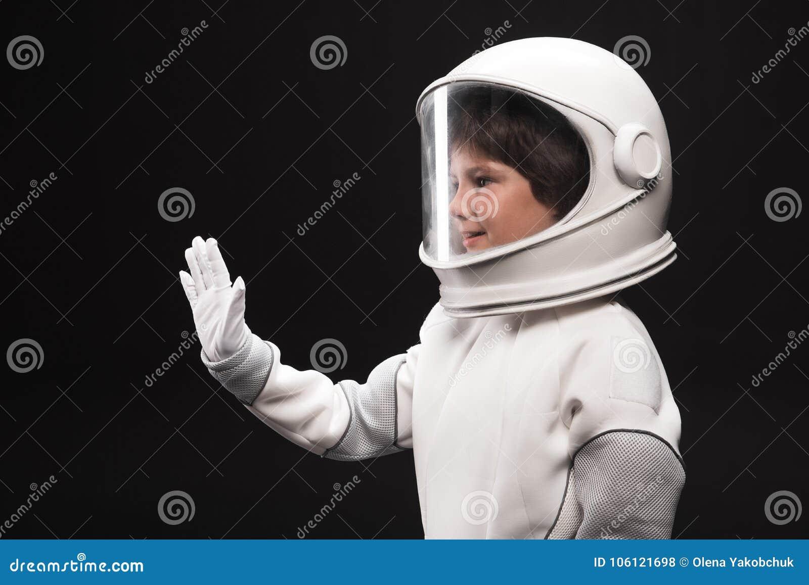 Heet de vriendelijkheids kleine astronaut iemand welkom