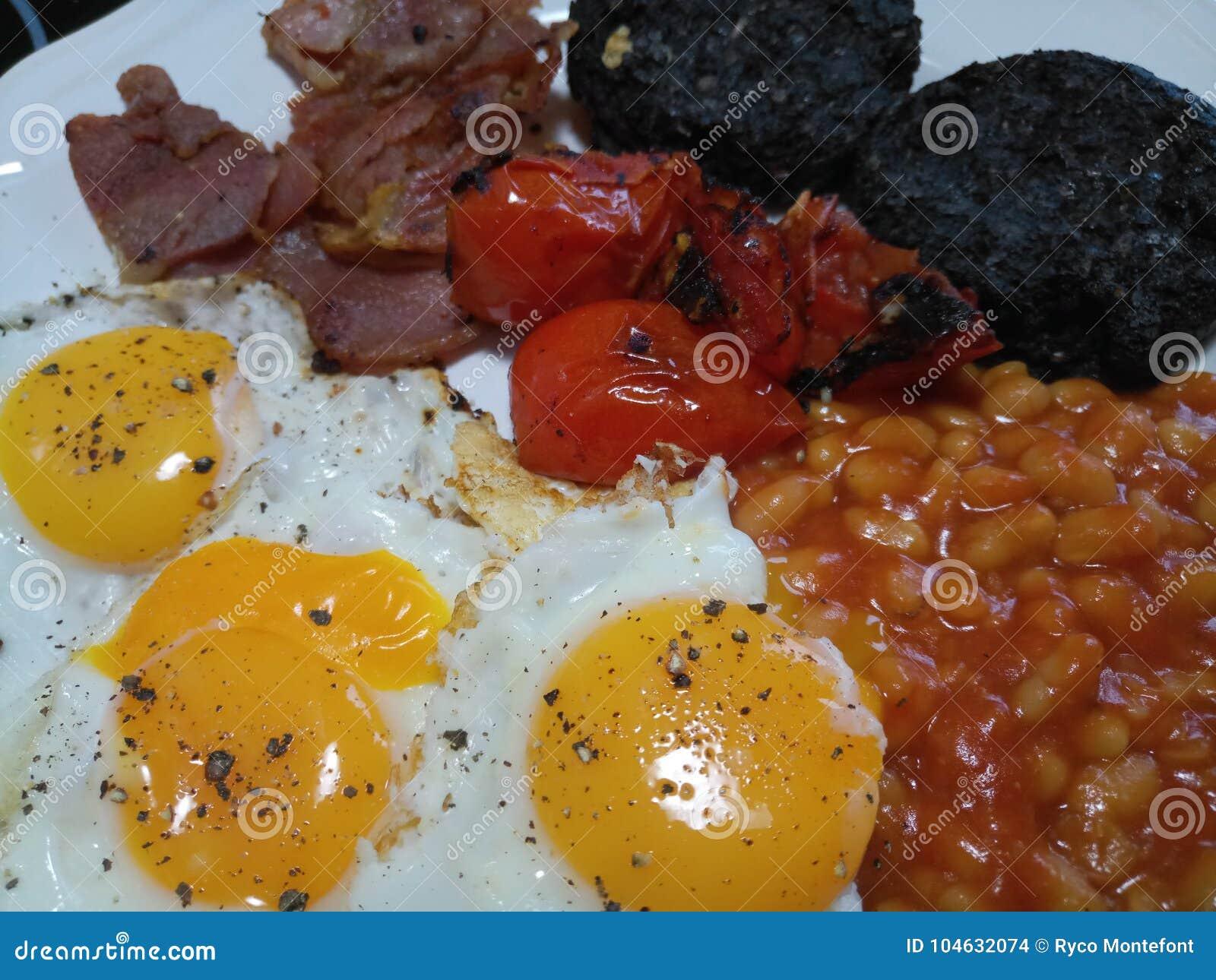 Download Heet Olieachtig Engels Die Ontbijt Op Een Plaat Wordt Gediend Stock Foto - Afbeelding bestaande uit heet, gediend: 104632074