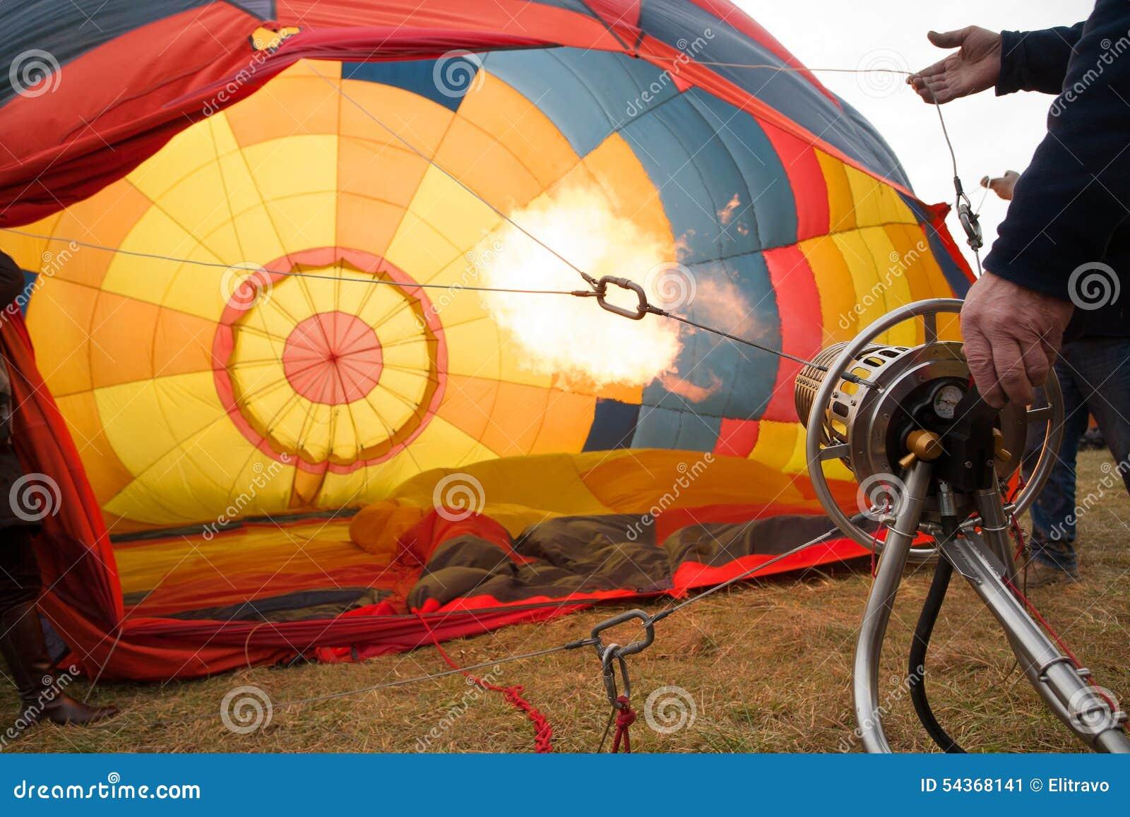 heet vlam de binnenkant van een kleurrijke hete luchtballon op 54368141 - Behang Wolk
