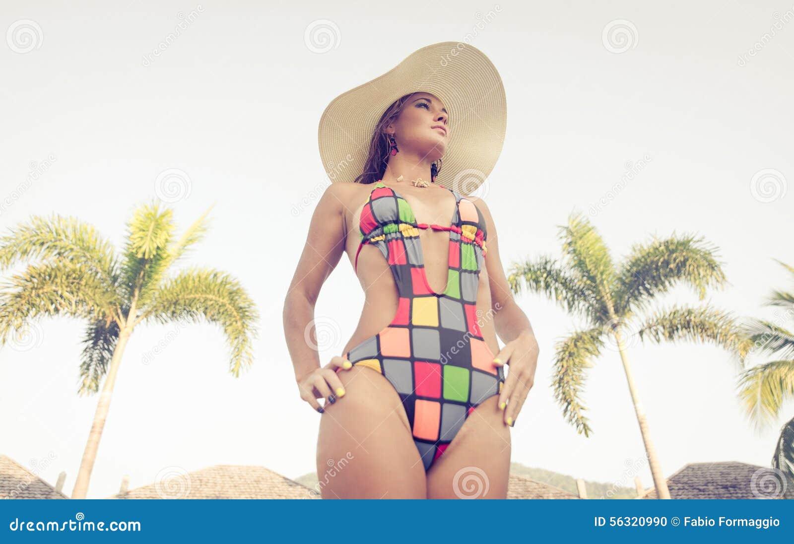 Heiße Frau mit Hut- und Bikiniporträt