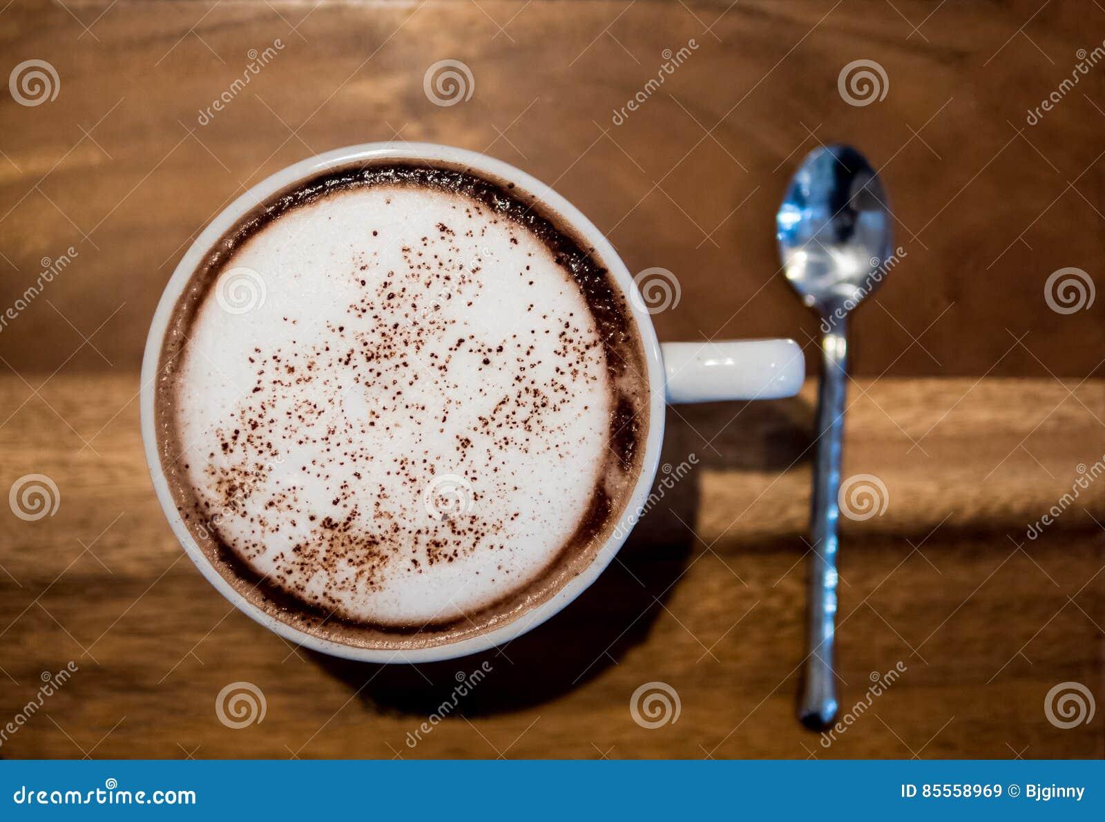 Heiße Schokolade in einem weißen Cup