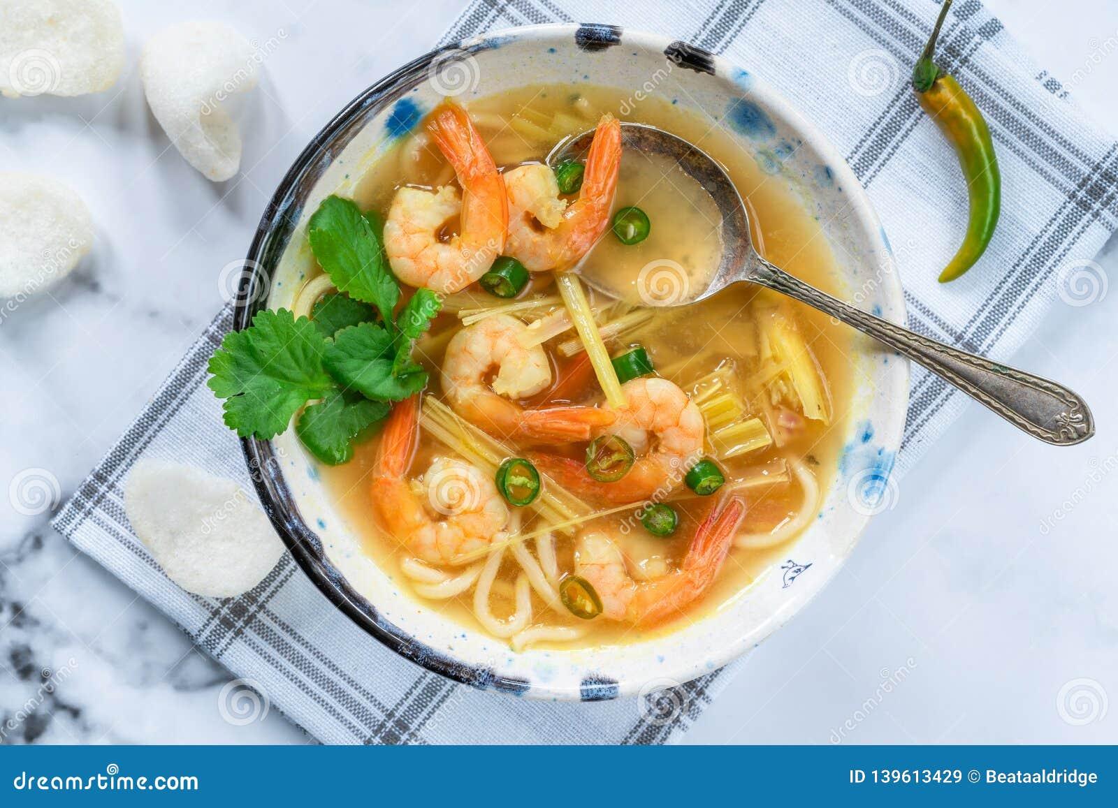 Heiße und saure Suppe Toms yum - mit Garnelen