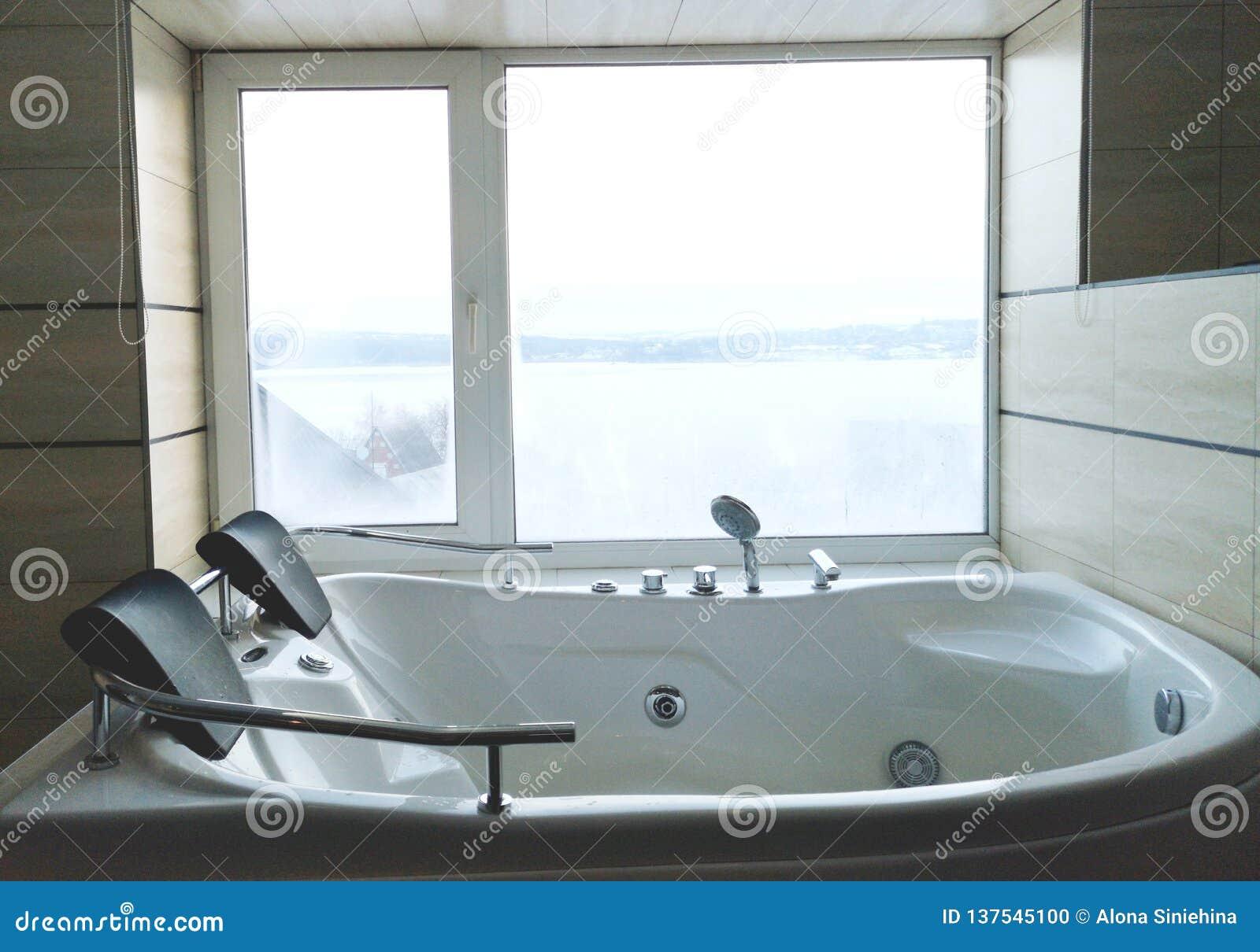 Heiße Wanne im Hotelzimmer Schöne Ansicht, Entspannung und Entspannung Foto durch die Reflexion des Spiegels