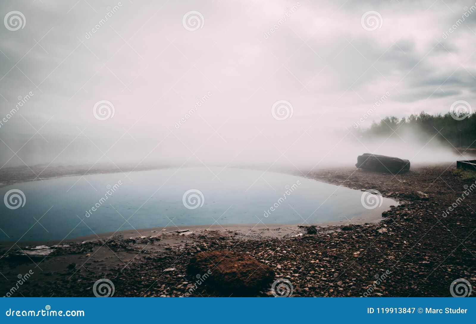 Heißer Frühling sehr blauen Wassers Geysir mit Dampf Island