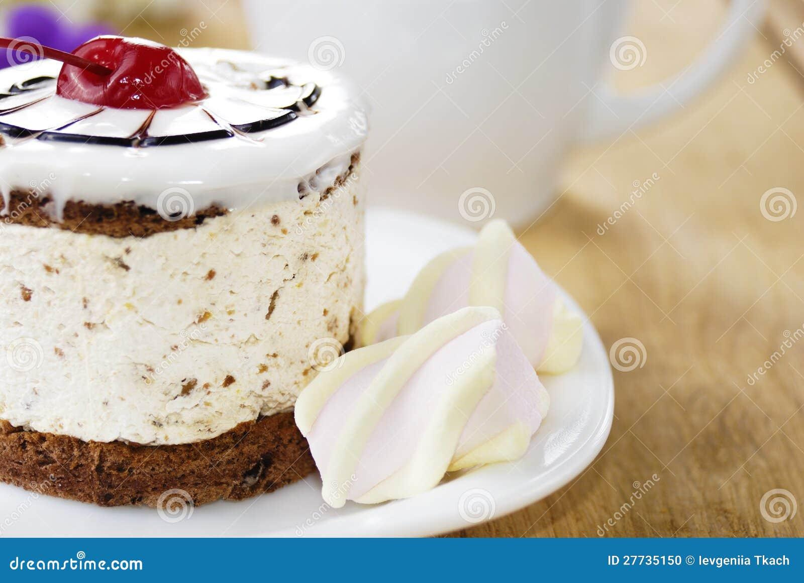 Heißer Kaffee und geschmackvoller Kuchen