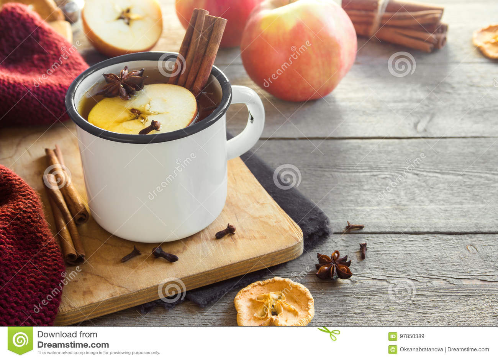 Heißes Getränk mit Äpfeln