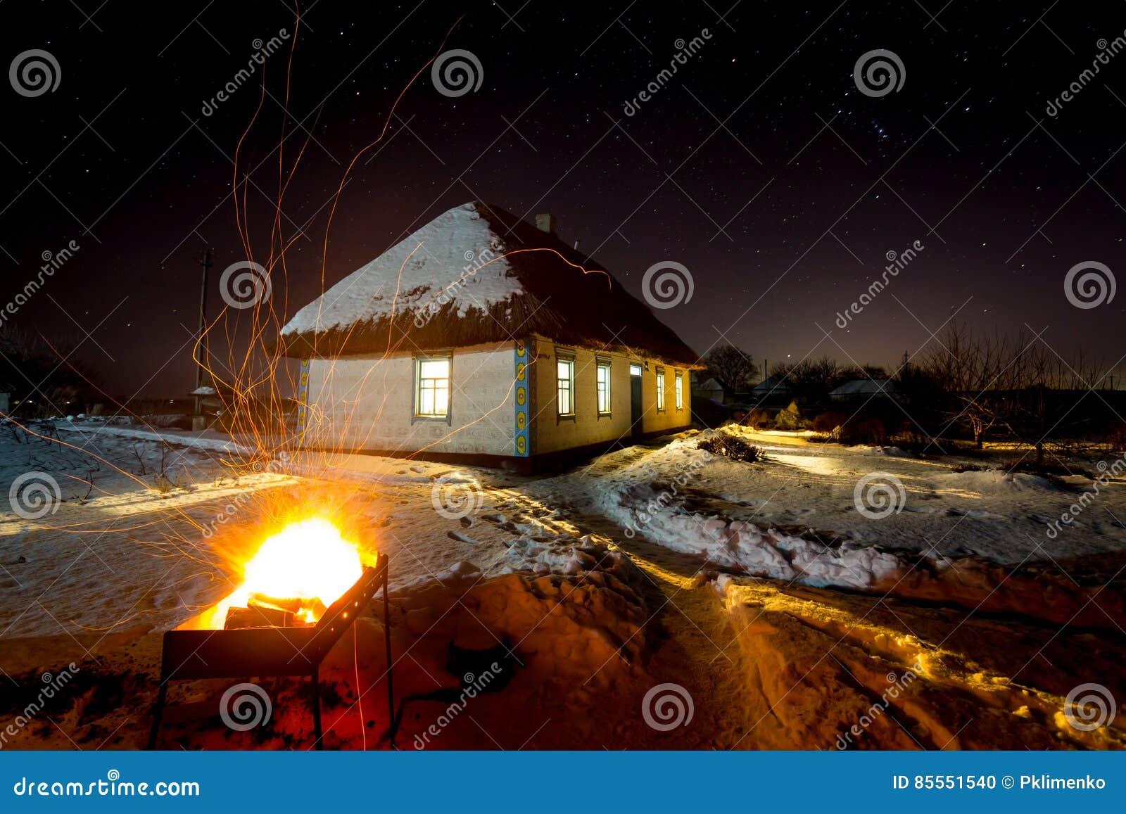Heißes Grillfeuer auf altem Haus backgroud