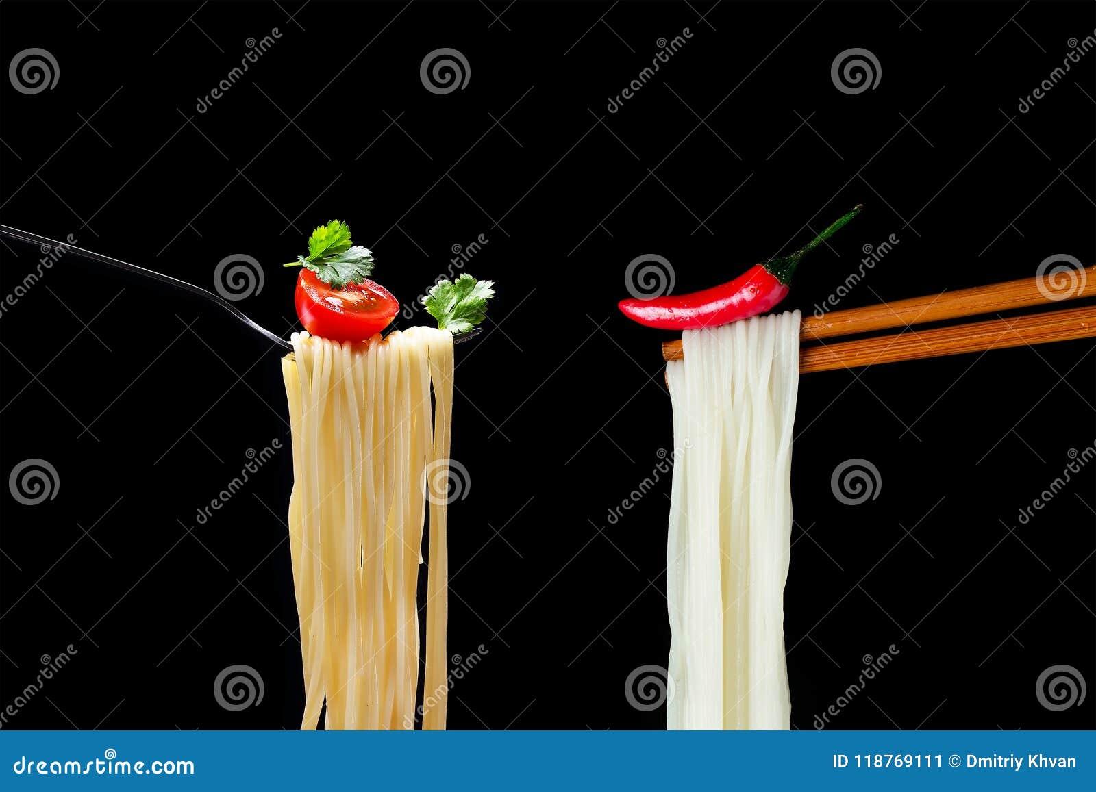 Heißes spagetti auf der Gabel mit Tomate und Petersilie und asiatisches noodl