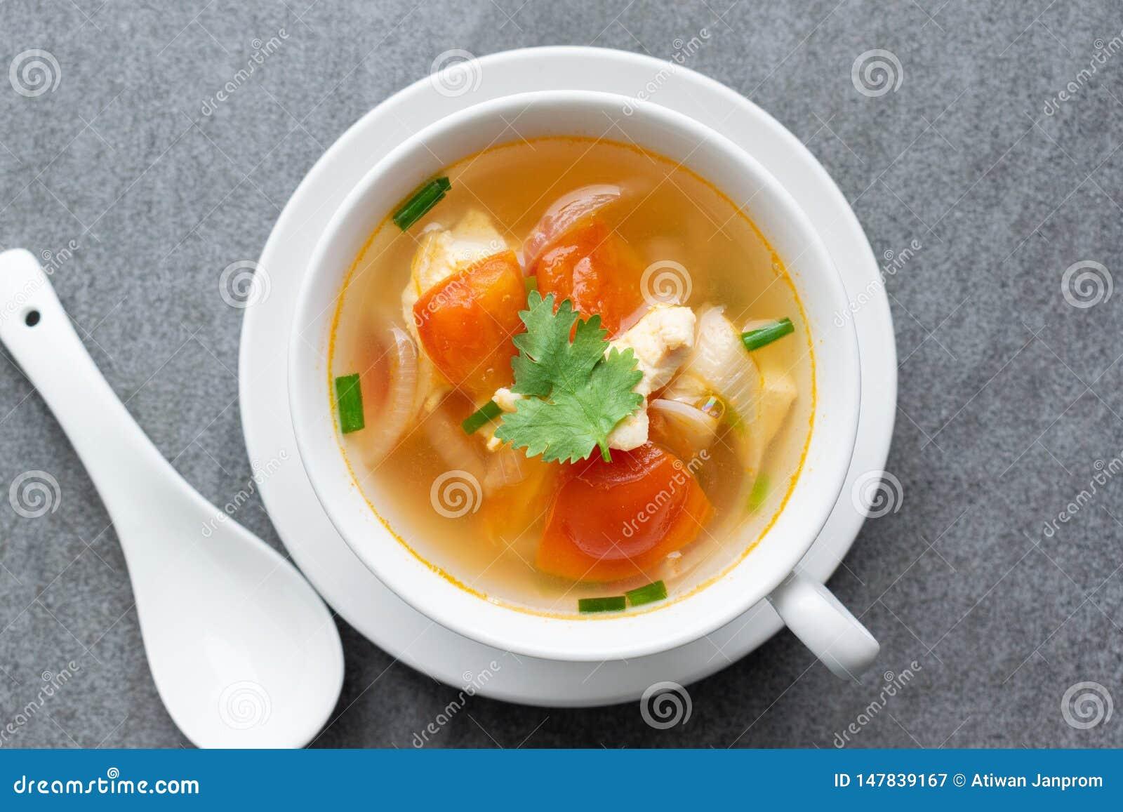 Heißes Suppenhuhn gesund am Morgen auf konkreter Tabelle
