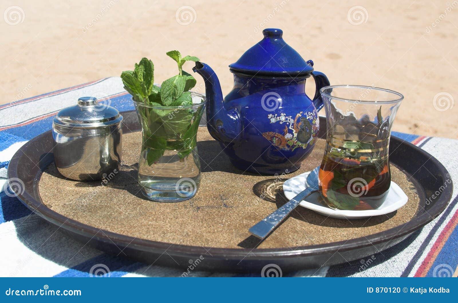 Heißes Teeontario, das er auf den Strand setzt