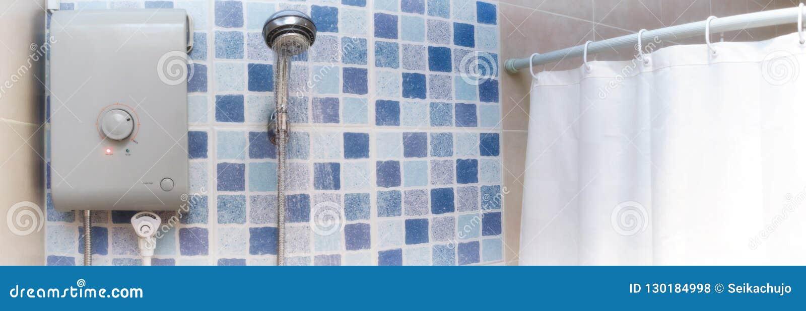 Heißwasser für das Duschen von einem elektrisch betriebenen Warmwasserbereiter