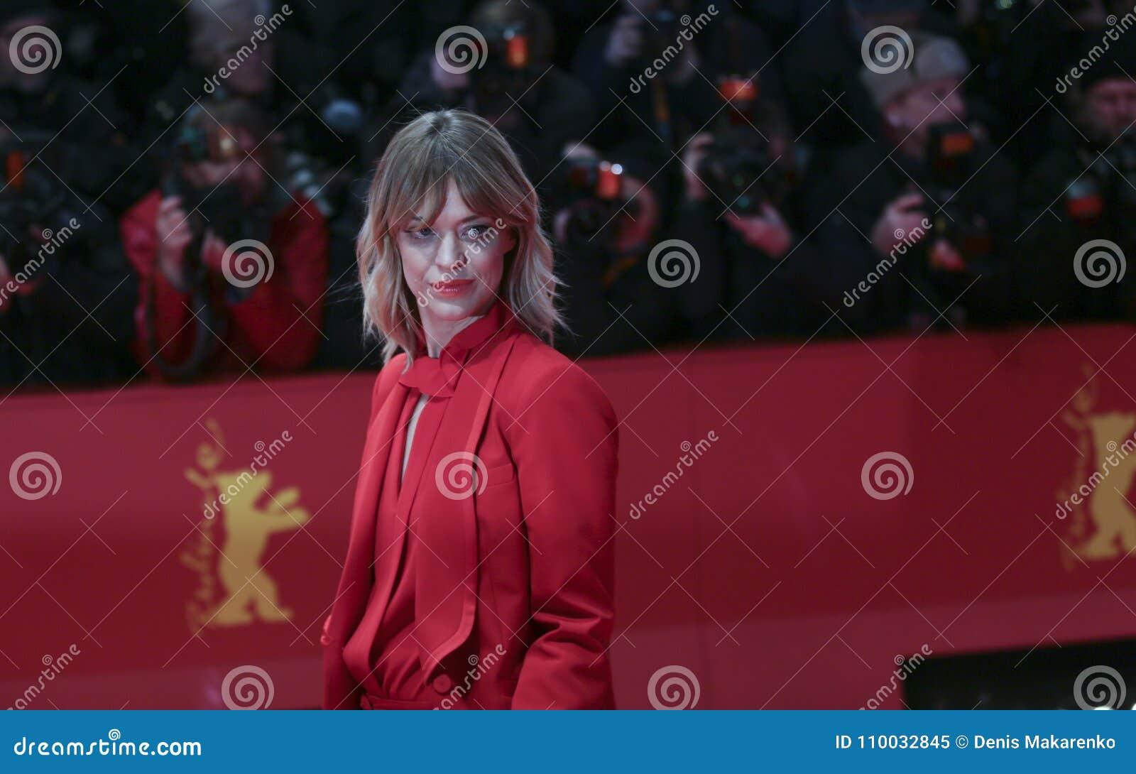 Heike Makatsch woont de Openingsceremonie & `-Eiland van Honden ` bij