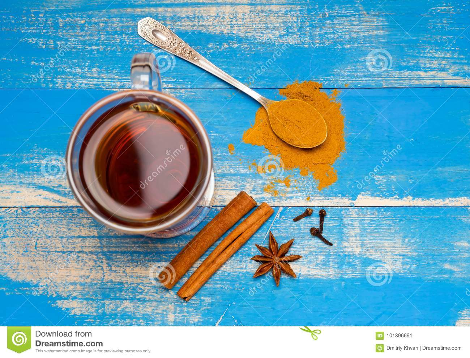 Heilender Tee mit Gewürzen auf einem blauen hölzernen Hintergrund Spitze der Ansicht