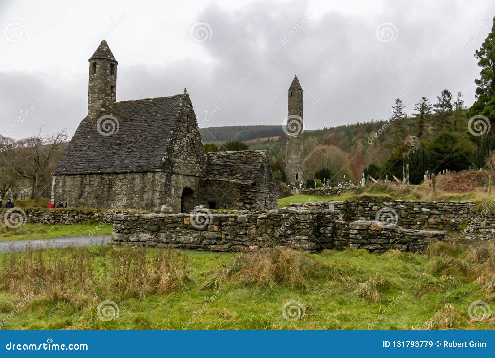 Heilig-Kevins Küche und der runde Turm am klösterlichen Standort Glendalough in Wicklow, Irland