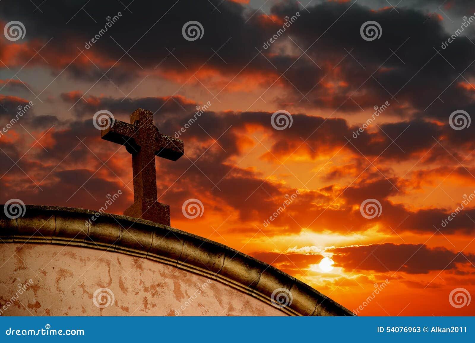Heilig kruis onder een kleurrijke hemel