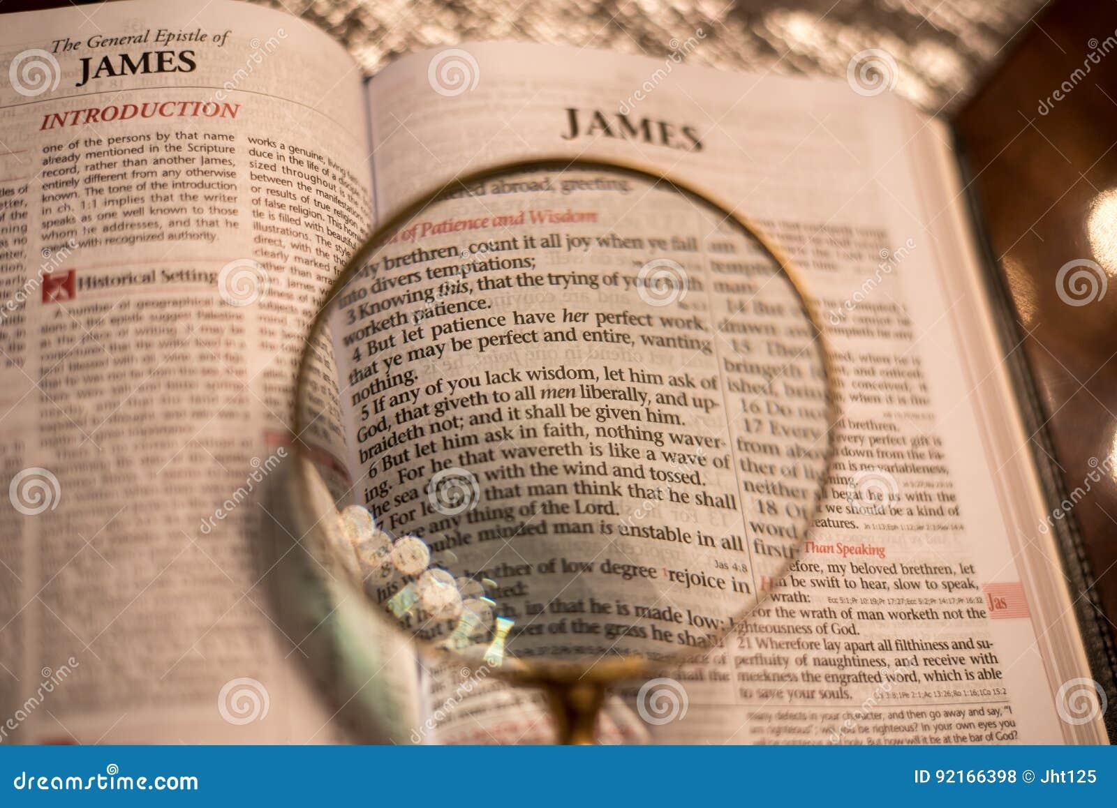 Heilig Schrift met hoofdstuk 1 van vergrootglasjames