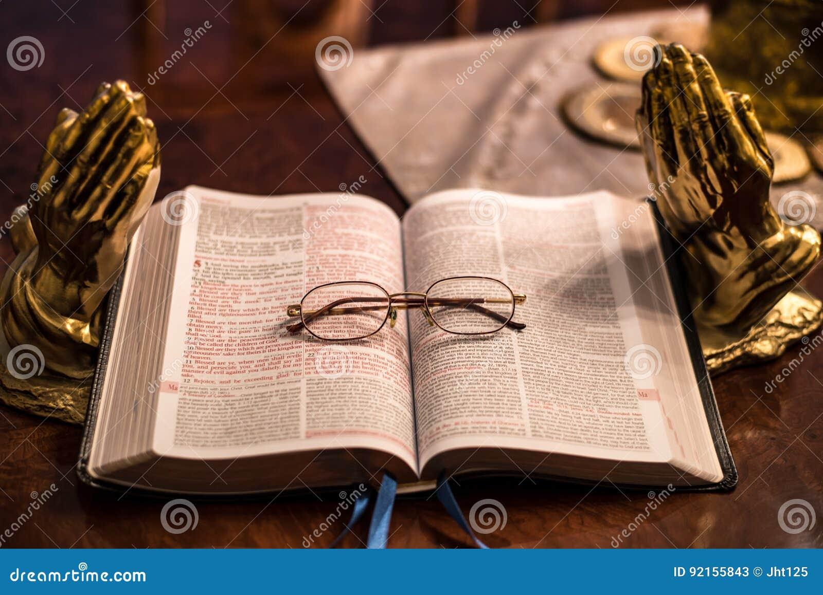 Heilig Schrift met hoofdstuk 5 van vergrootglasmatthew