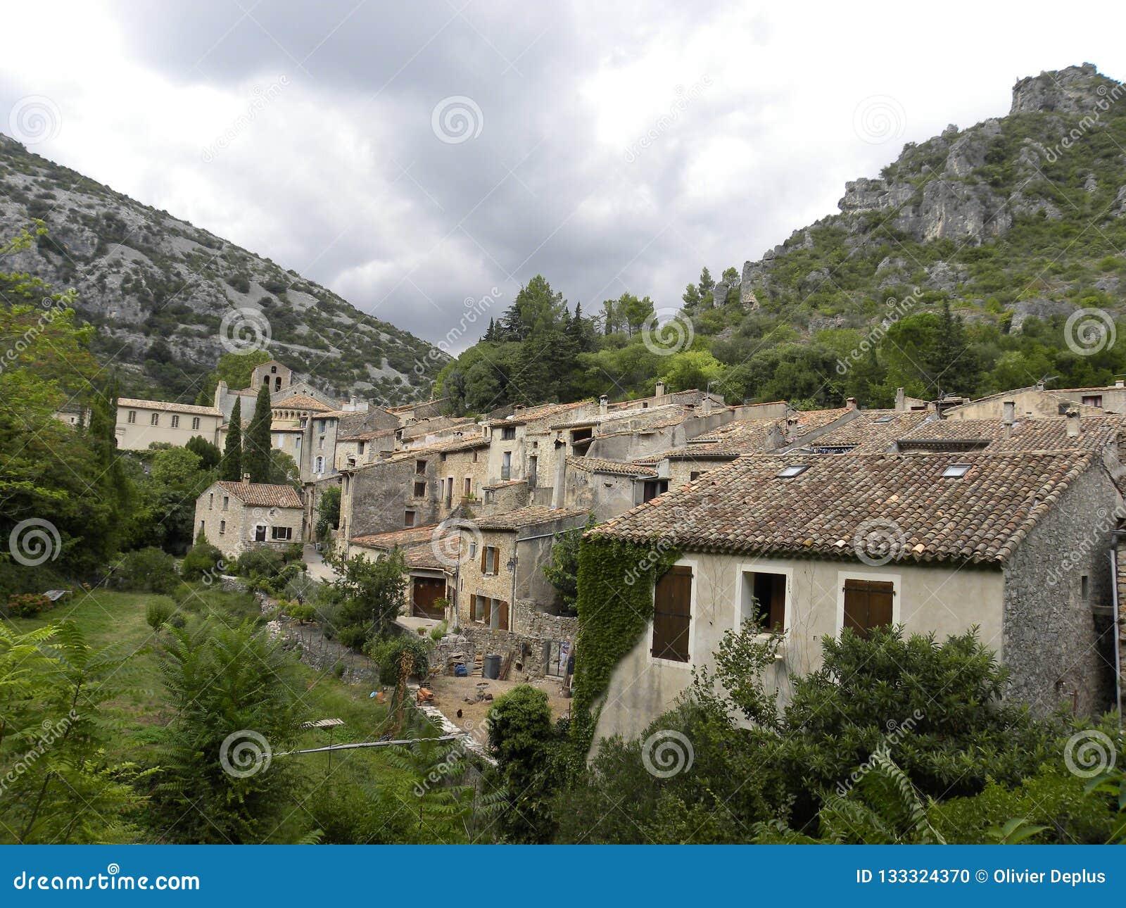 Heilige-guilhem-le-woestijn, een dorp in herault, Languedoc, Frankrijk