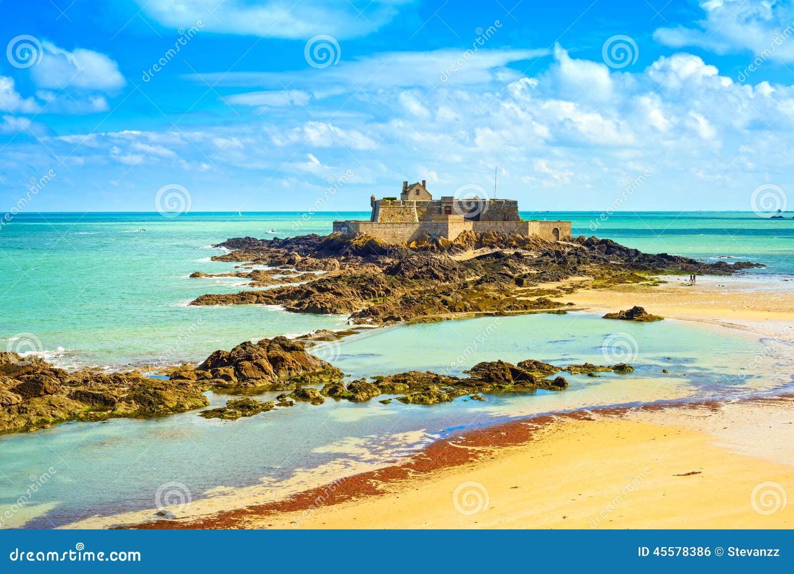 Heilige Malo Fort National en rotsen, eb Bretagne, Frankrijk