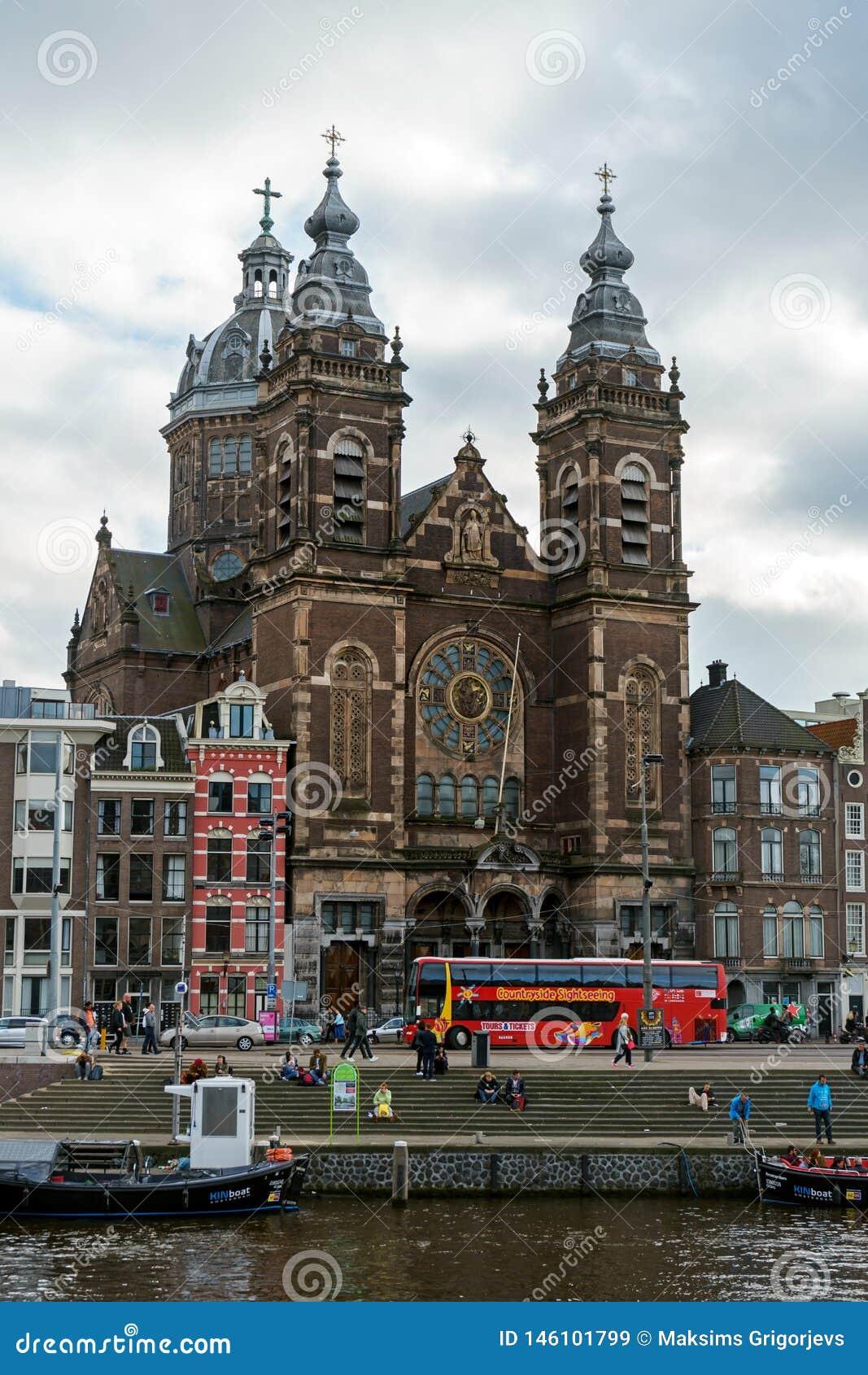 Heilige Nicholas Basilica de belangrijkste Katholieke kerk in Oud centrumdistrict en typische Nederlandse huizen, Amsterdam, Nede