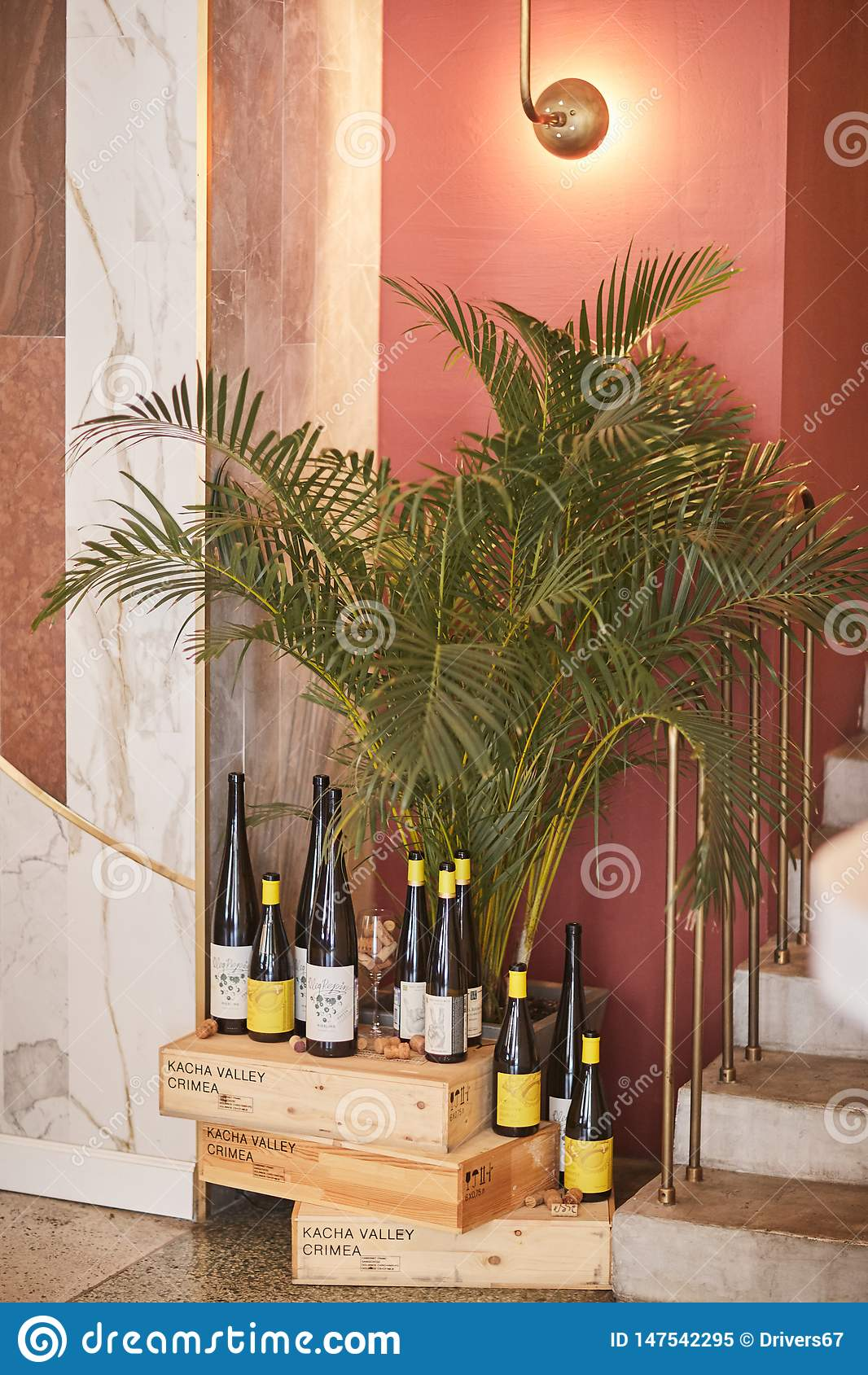 Heilige-Peterburg, Rusland: 24 augustus 2018: Wijnflessen op houten plank in wijnopslag