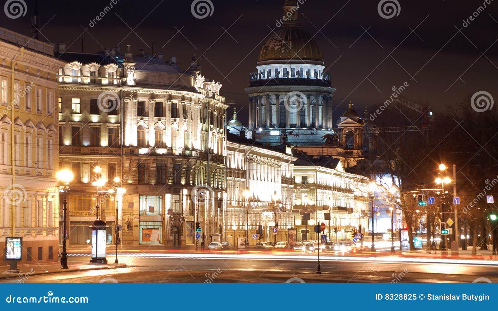 Heilige-Petersburg in de nacht