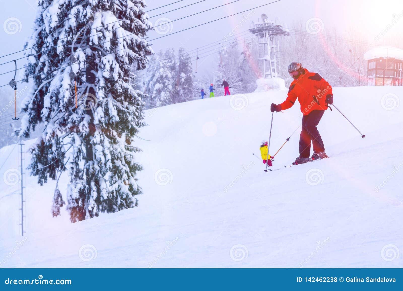 Heilige Petersburg, 27 Rusland-Januari, 2019: Snow-covered skihelling in de bergen met een skilift en ski?ende skiërs