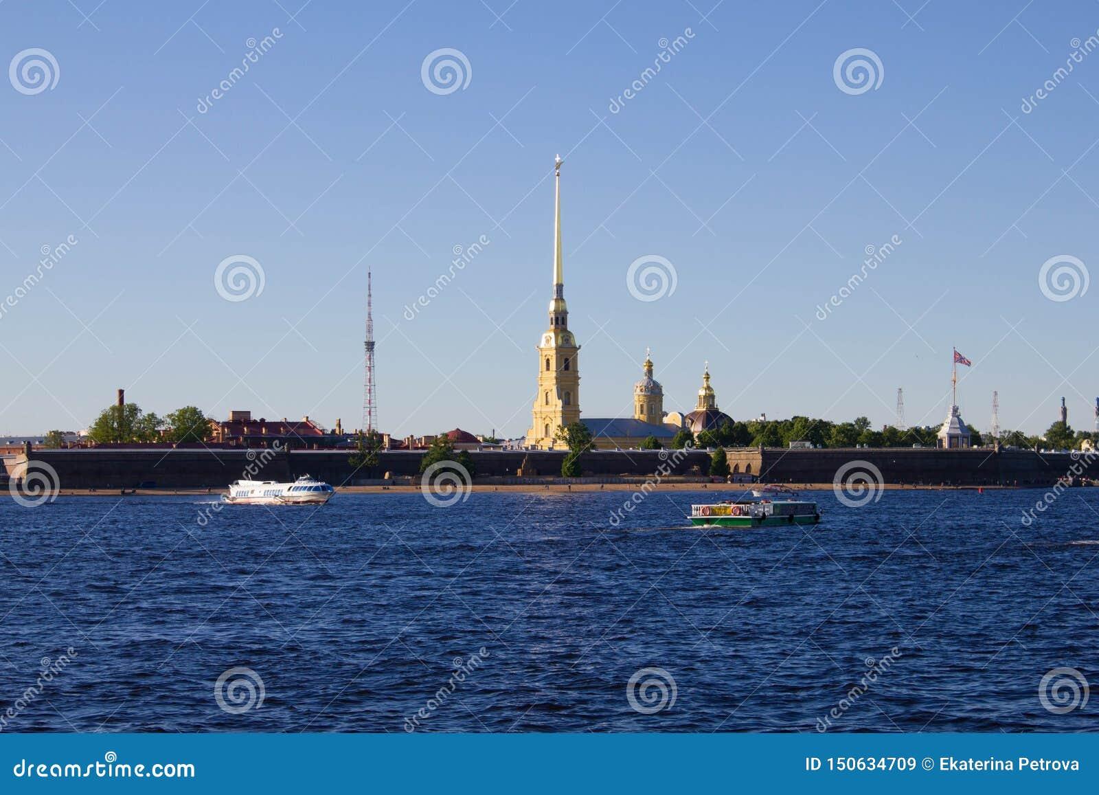 Heilige Petersburg, Rusland, kan 2019, Neva-rivier op een Zonnige de zomerdag Mening van Peter en Paul Fortress