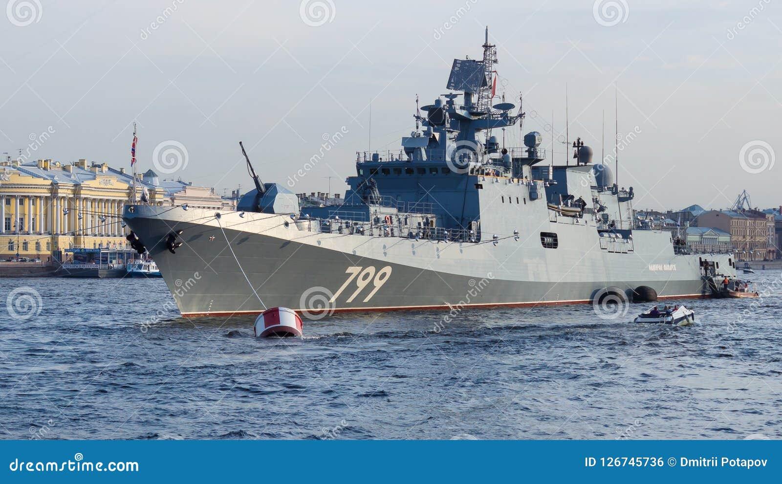 Heilige Petersburg, Rusland - 07/23/2018: Voorbereiding voor de Zeeparade - fregatadmiraal Makarov