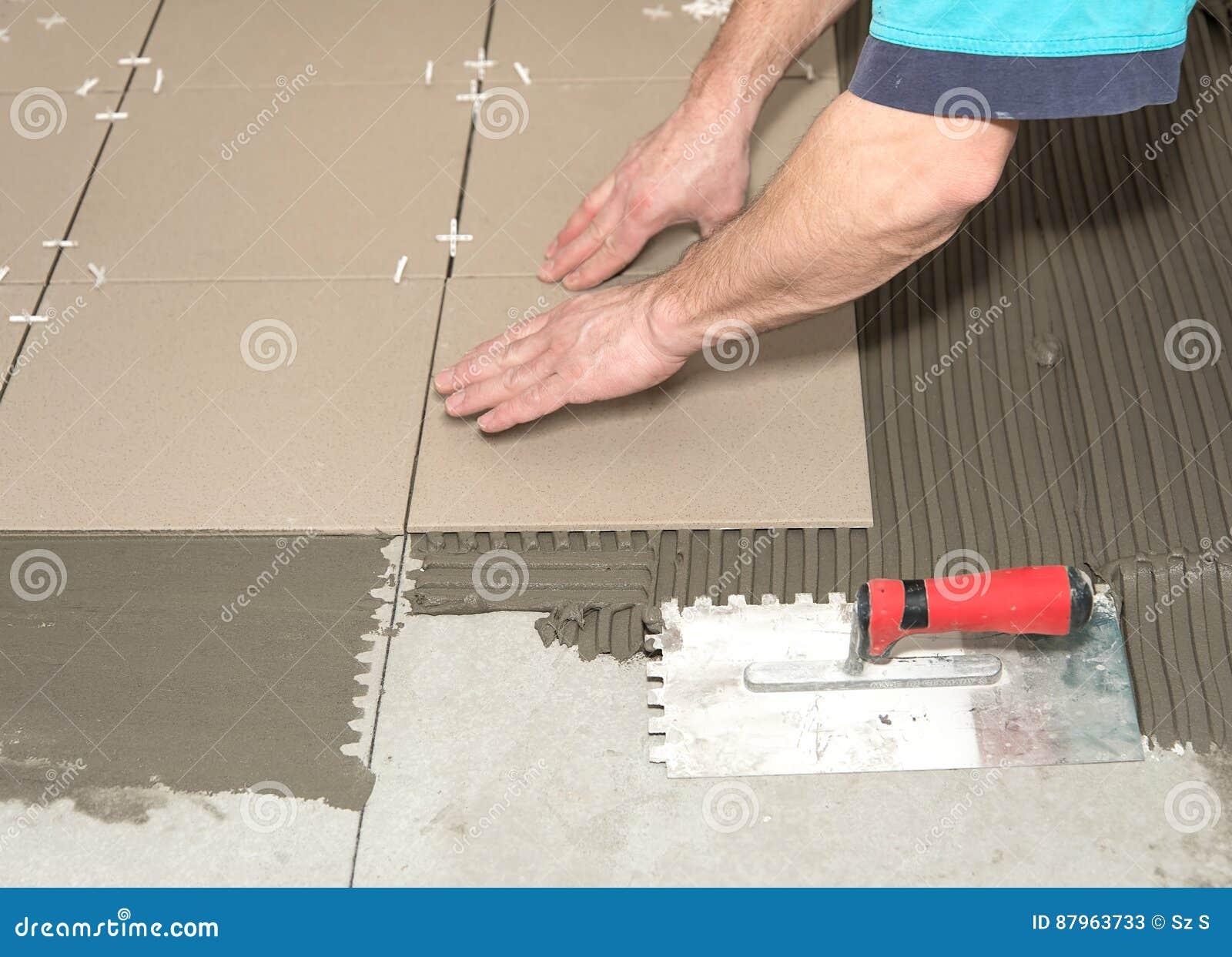Fußboden Aus Ziegel ~ Heimwerken erneuerung bauarbeiter deckt keramikziegel mit