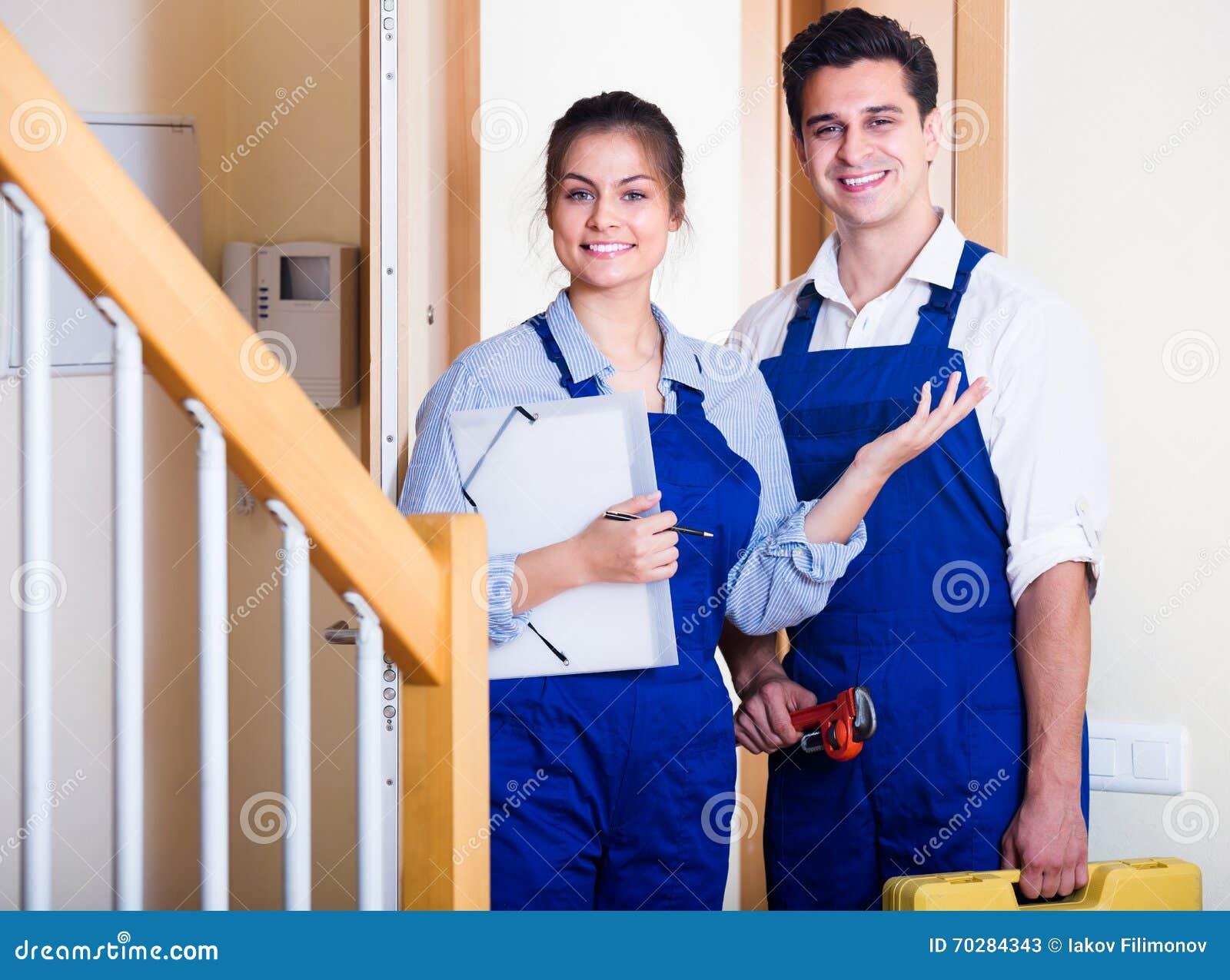Heimwerker und Assistent in der Uniform