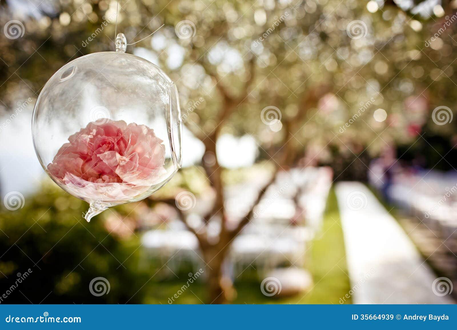 Heiratende Blumendekoration auf dem Baum