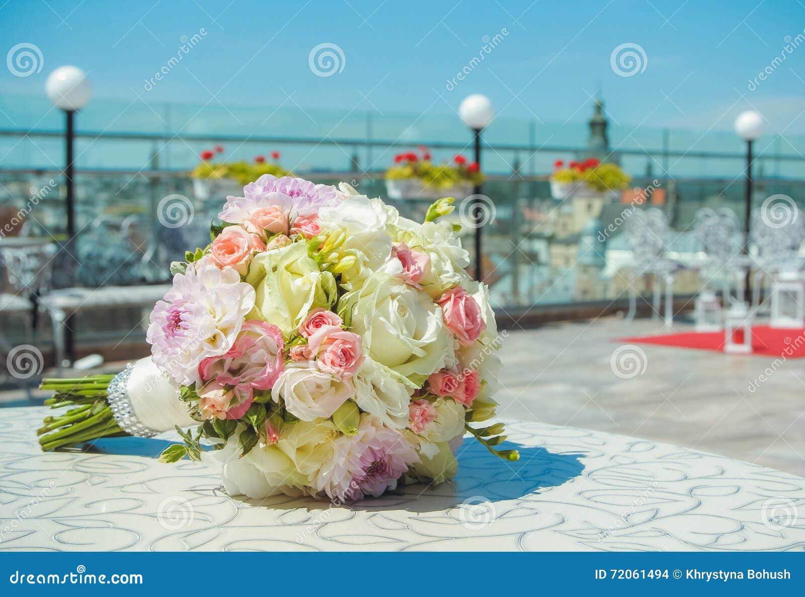 Heiratender Brautblumenstrauss Bunte Blumen Rosa Weisserosen Und