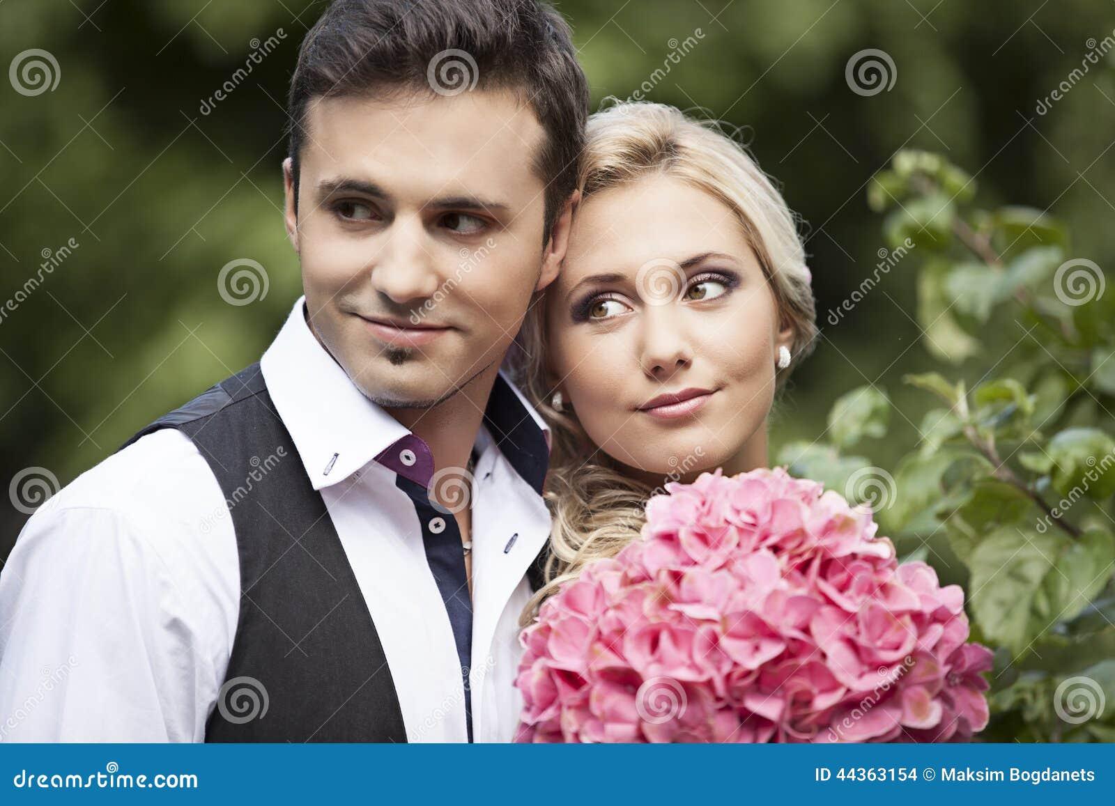 Heirats, glücklicher junger Mann und Frauenfeiern