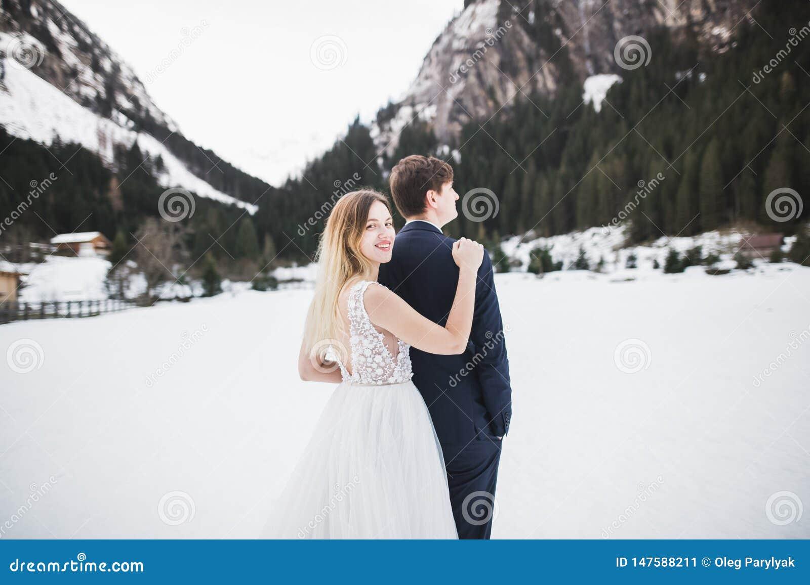 Heiratspaar auf der Natur umarmt sich Sch?nes vorbildliches M?dchen im wei?en Kleid Mann in der Klage