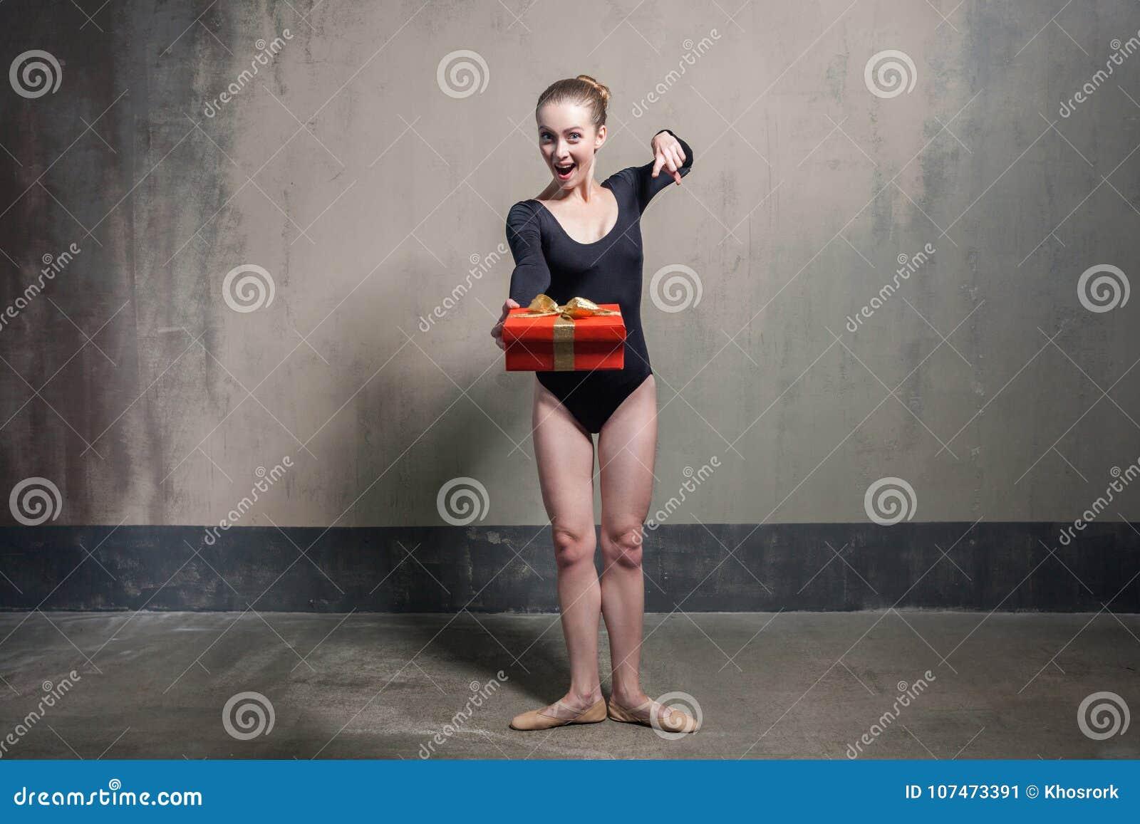 Hej ty! Piękna sprawności fizycznej kobieta wskazuje palec przy kamerą