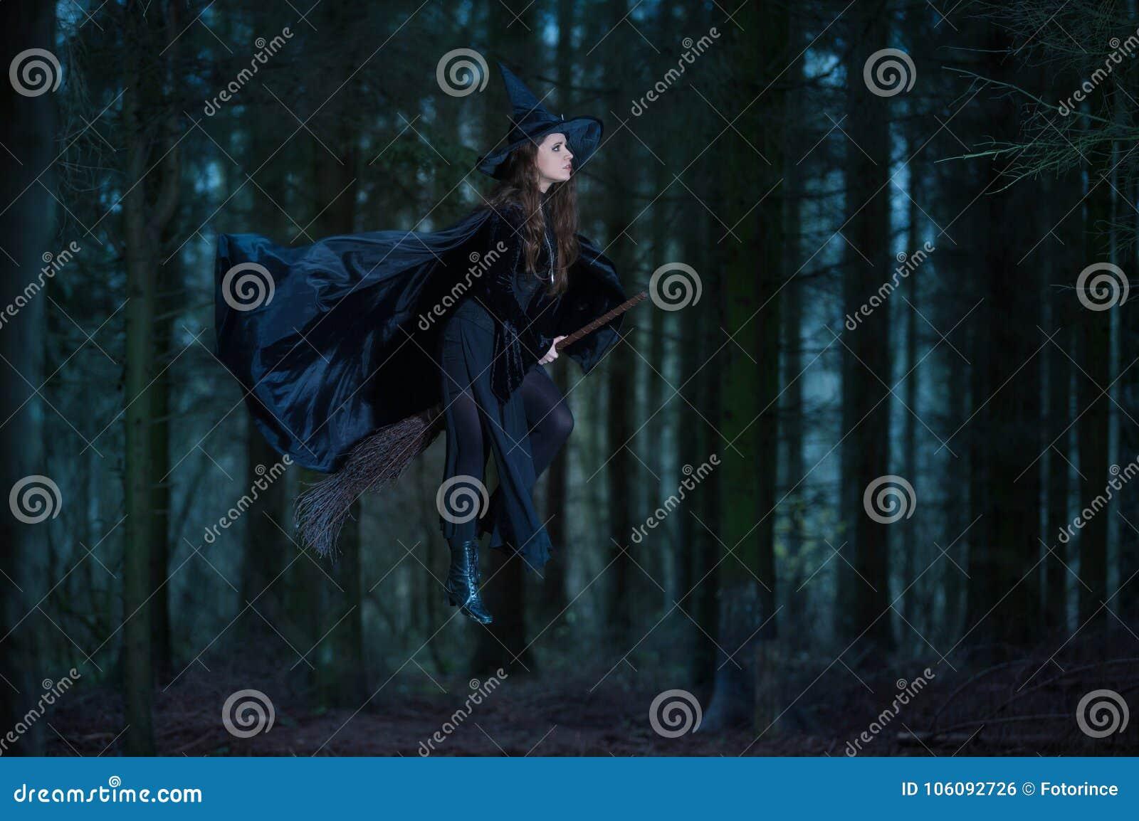 Heks die op een bezem vliegen